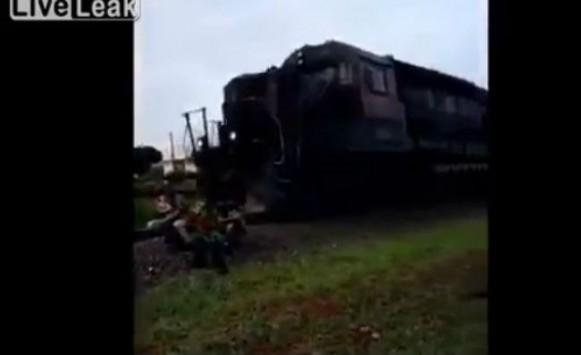 Ήθελαν να βγάλουν φωτογραφία πάνω στις ράγες του τρένου- Δείτε τι έγινε (βίντεο)