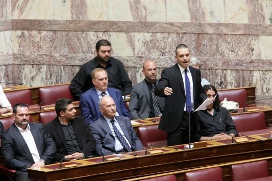"""""""Σκοτώθηκαν"""" Βαρουφάκης – Κασιδιάρης στη Βουλή"""