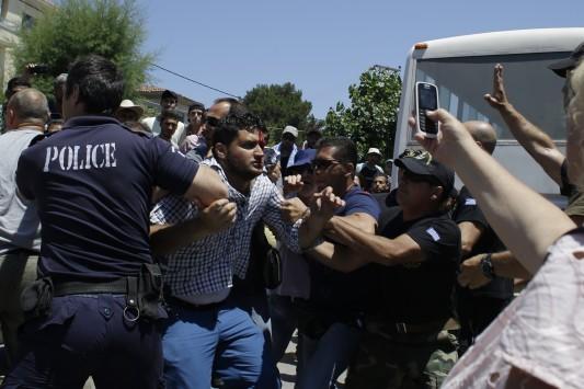 Μυτιλήνη: Νέες συγκρούσεις μεταναστών με αστυνομικούς στο λιμάνι - Τραυματισμοί και ξύλο!