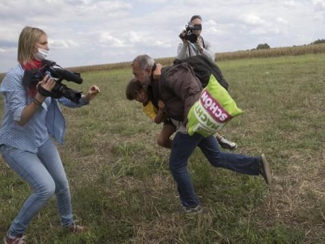 Το απίστευτο επιχείρημα της εικονολήπτριας που έβαλε τρικλοποδιά σε πρόσφυγες!