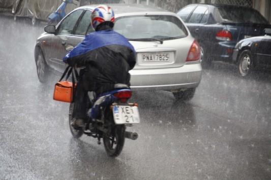 Καιρός: Τέλος το... καλοκαιράκι, βροχές και καταιγίδες παντού