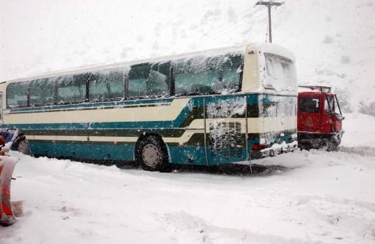 Λεωφορείο των ΚΤΕΛ, κατέβασε και παράτησε στα χιόνια ανήμπορη γυναίκα!
