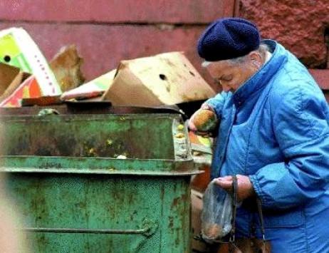 Τραγικό: Τραυματίστηκε και εγκλωβίστηκε σε κάδο ψάχνοντας για φαγητό στα σκουπίδια!
