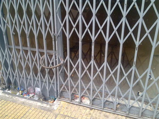 Η είσοδος του σπιτιού που κρατούσαν φυλακισμένους τους αναπηρους