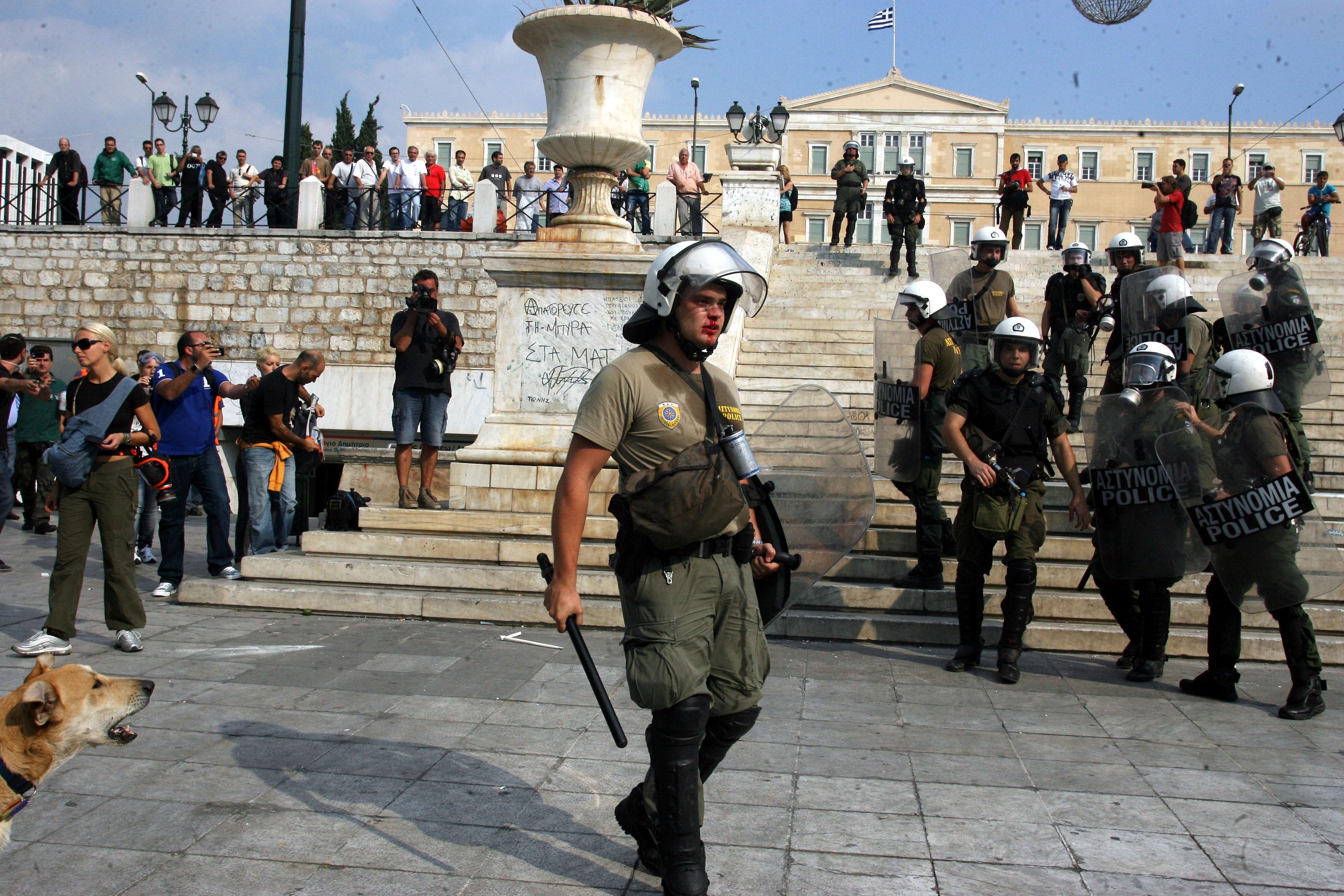 Φωνάζει ακόμα κι ο Λουκάνικος αλλά ο αστυνομικός δεν ακούει τίποτα