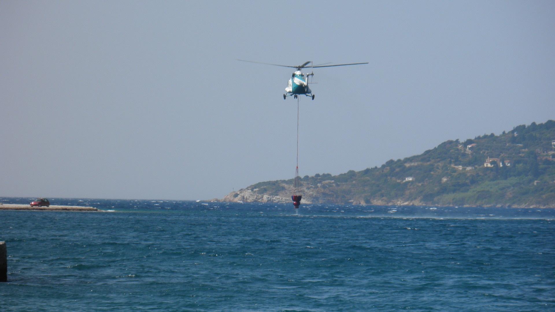 Ελικόπτερο της πυροσβεστικής γεμίζει για να κάνει ρίψη - ΦΩΤΟ από Σαμιακός Τύπος