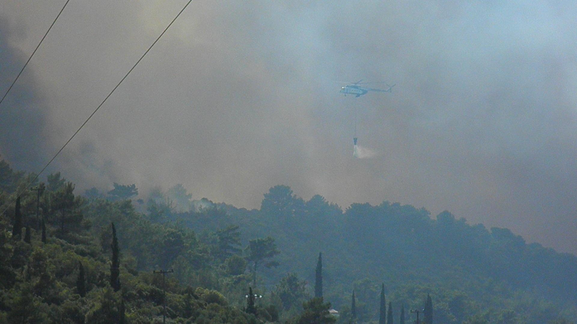 Ελικόπτερο της πυροσβεστικής πραγματοποιεί ρίψη στο μέτωπο της φωτιάς - ΦΩΤΟ από Σαμιακός Τύπος