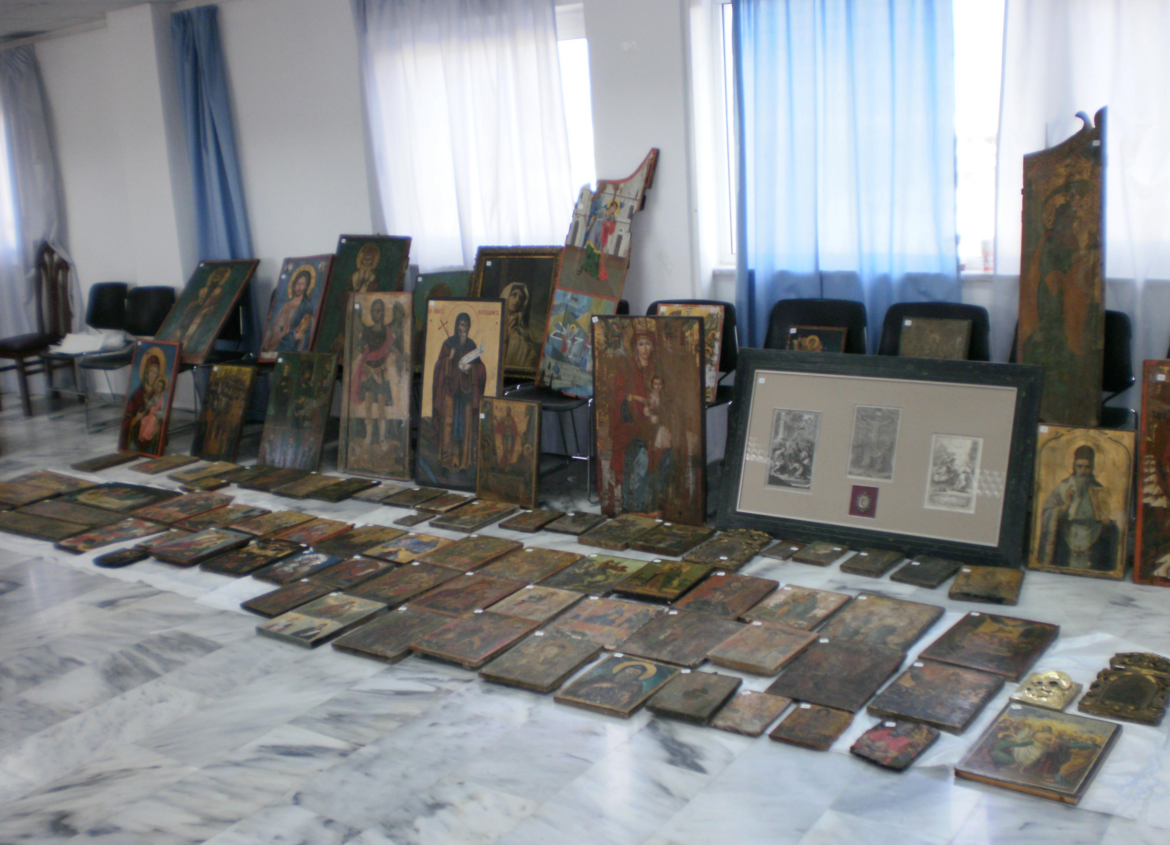 Οι εικόνες γεμίζουν το πάτωμα και τον τοίχο - ΦΩΤΟ από astynomia.gr
