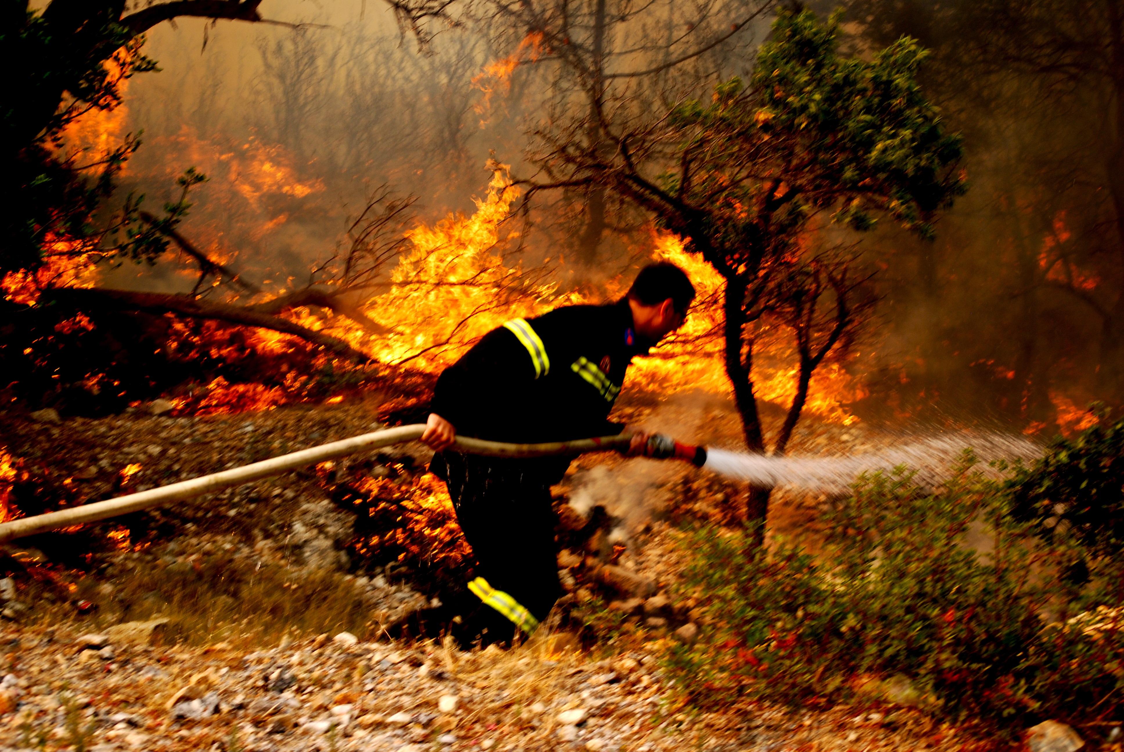 Πυροσβέστης στο μέτωπο της φωτιάς - ΦΩΤΟ EUROKINISSI