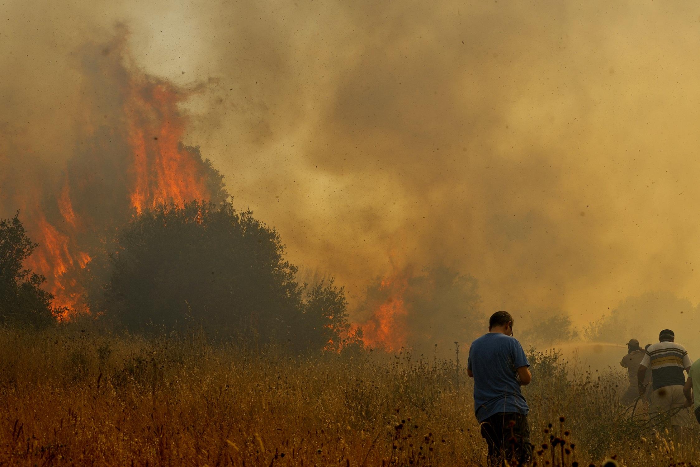 Πυροσβέστες και κάτοικοι της περιοχής προσπαθούν να ανακόψουν την πορεία της φωτιάς - ΦΩΤΟ EUROKINISSI