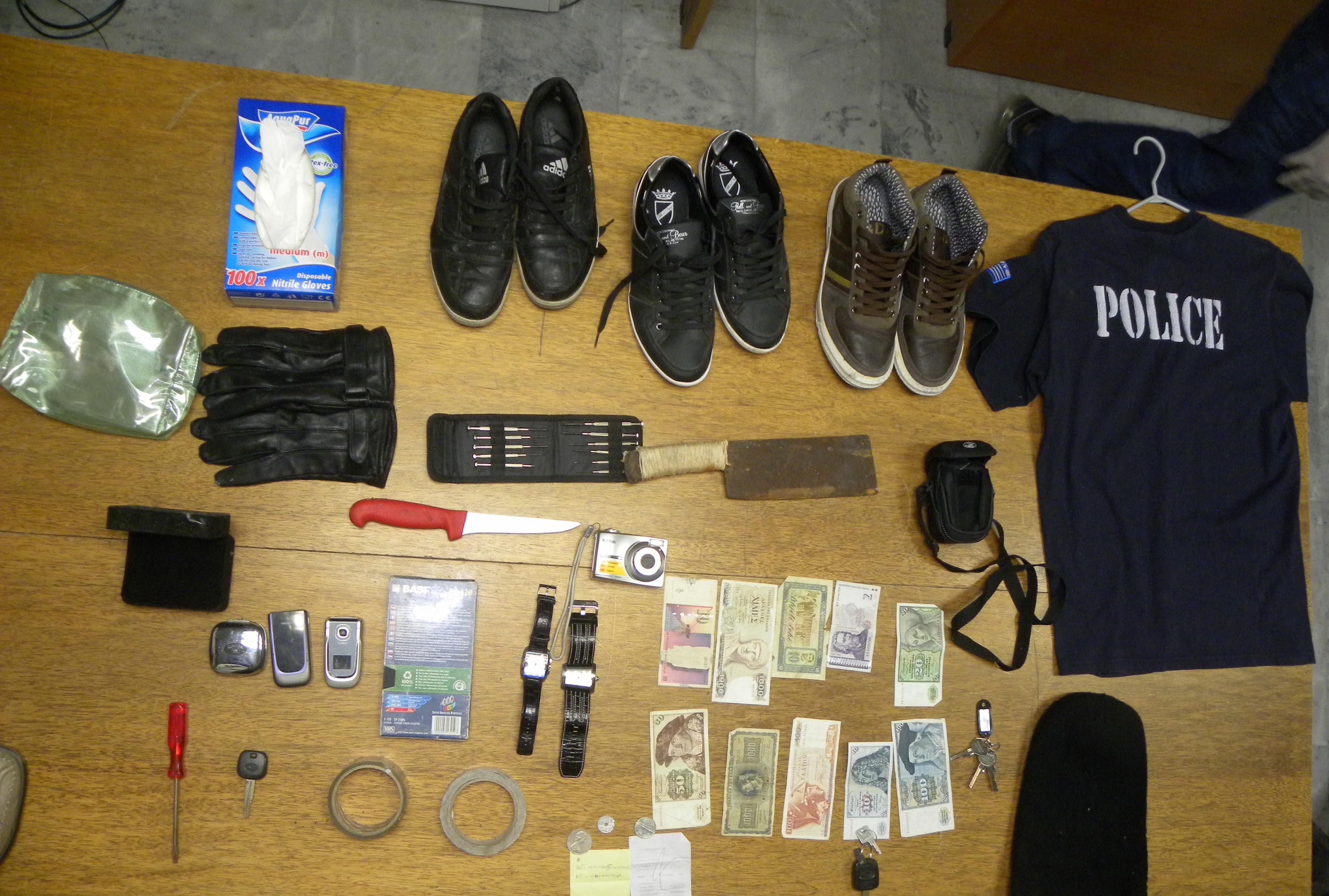 Μέρος του εξοπλισμού τους, που κατασχέθηκε από την αστυνομία - ΦΩΤΟ EUROKINISSI