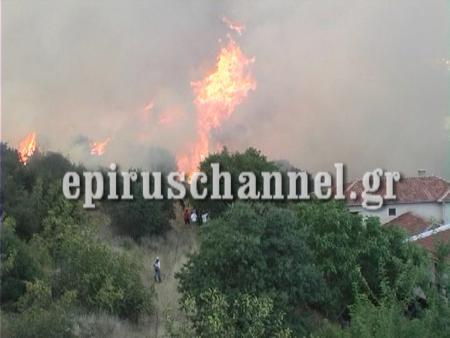Οι φλόγες γλύφουν τα πρώτα σπίτια - ΦΩΤΟ από epiruschannel.gr