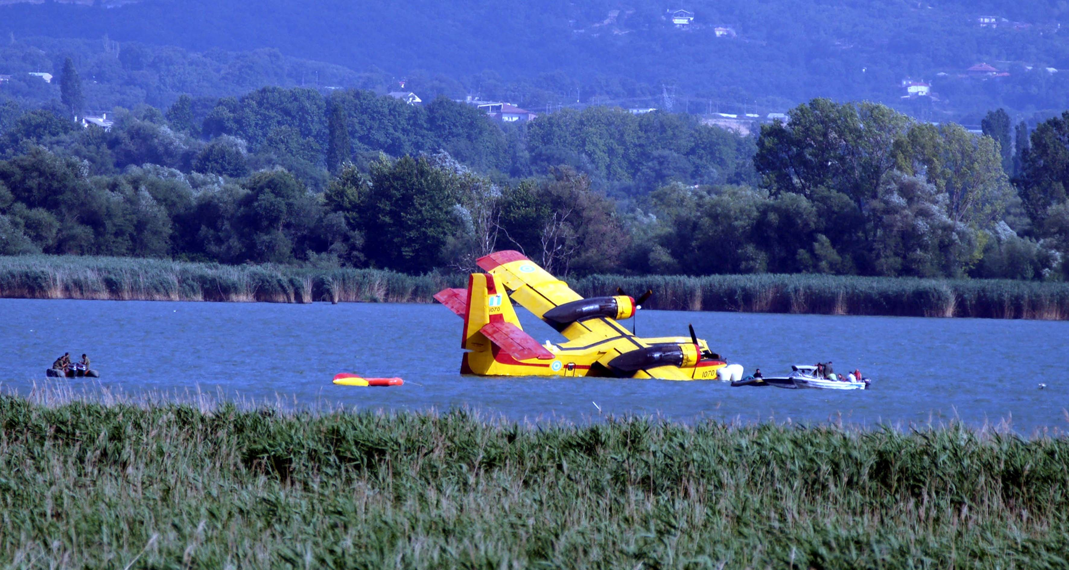 Το επίμαχο canadair στην λίμνη των Ιωαννίνων - ΦΩΤΟ EUROKINISSI