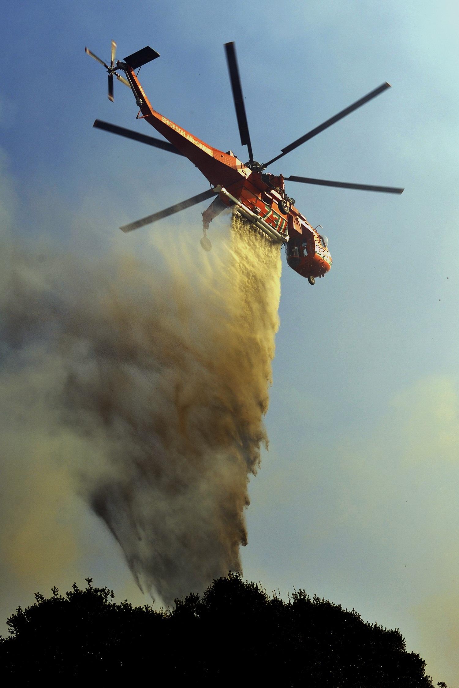 Ελικόπτερο πραγματοποιεί ρίψη στο μέτωπο της φωτιάς - ΦΩΤΟ EUROKINISSI