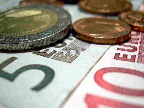 9 δισ. ευρώ κυρίως σε περικοπές μισθών και συντάξεων και έκτακτους φόρους για το 2012