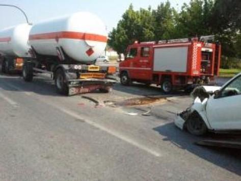 Τρίκαλα: Σύγκρουση αυτοκινήτου με βυτιοφόρο...