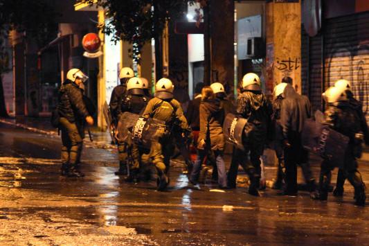 Πόλεμος στα Εξάρχεια τη νύχτα - Επιθέσεις σε διμοιρία των ΜΑΤ!