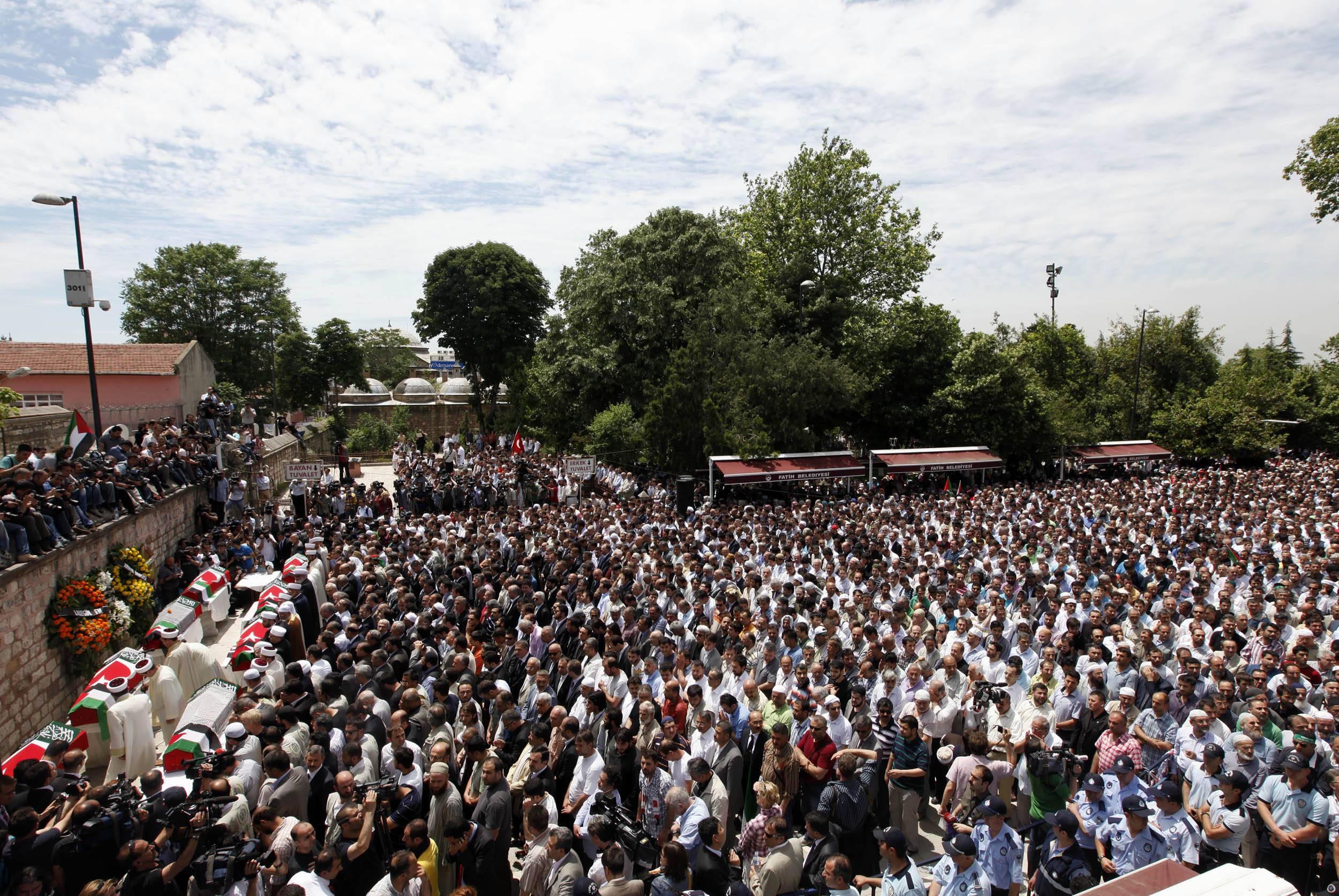Χιλιάδες κόσμος στην κηδεία των εννέα ακτιβιστών (ΦΩΤΟ REUTERS)