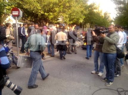 Ανδρες της σήμανσης πηγαίνουν στην ελβετική πρεσβεία ΦΩΤΟ NEWSIT