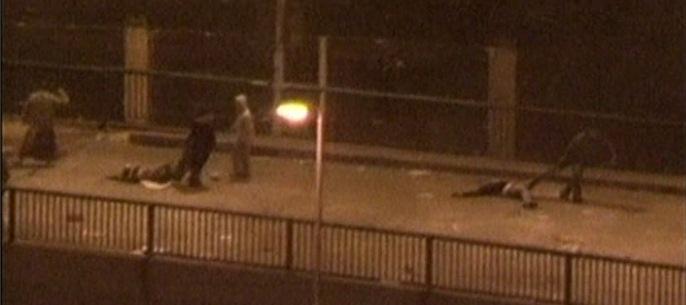 Αγνωστοι απομακρύνουν τα πτώματα νεκρών από την πλατεία Ταχρίρ