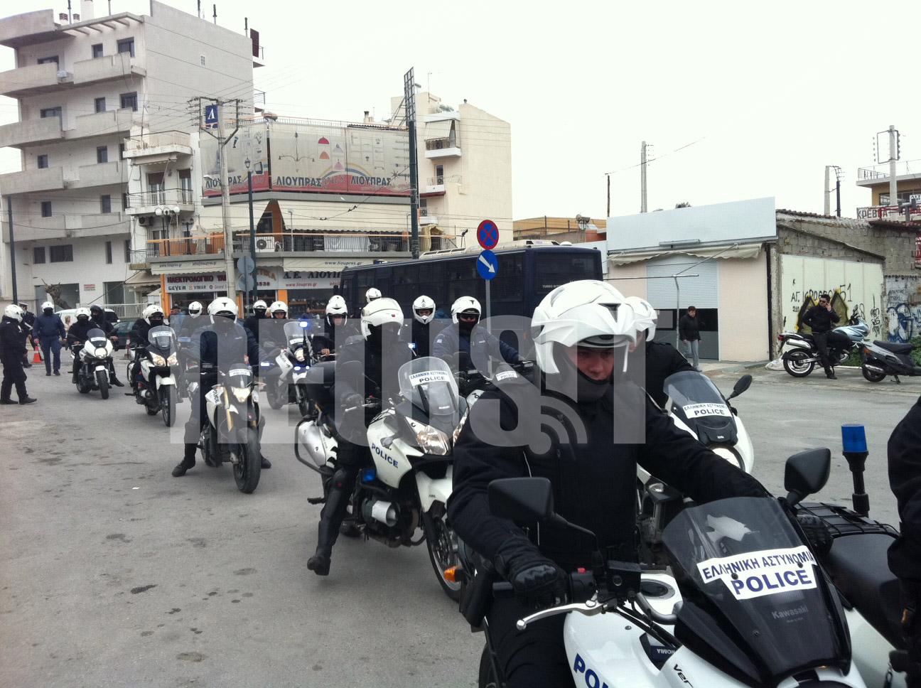 Μελη της ομάδας ΔΙΑΣ φτάνουν στο νεκροταφείο ΦΩΤΟ NEWSIT