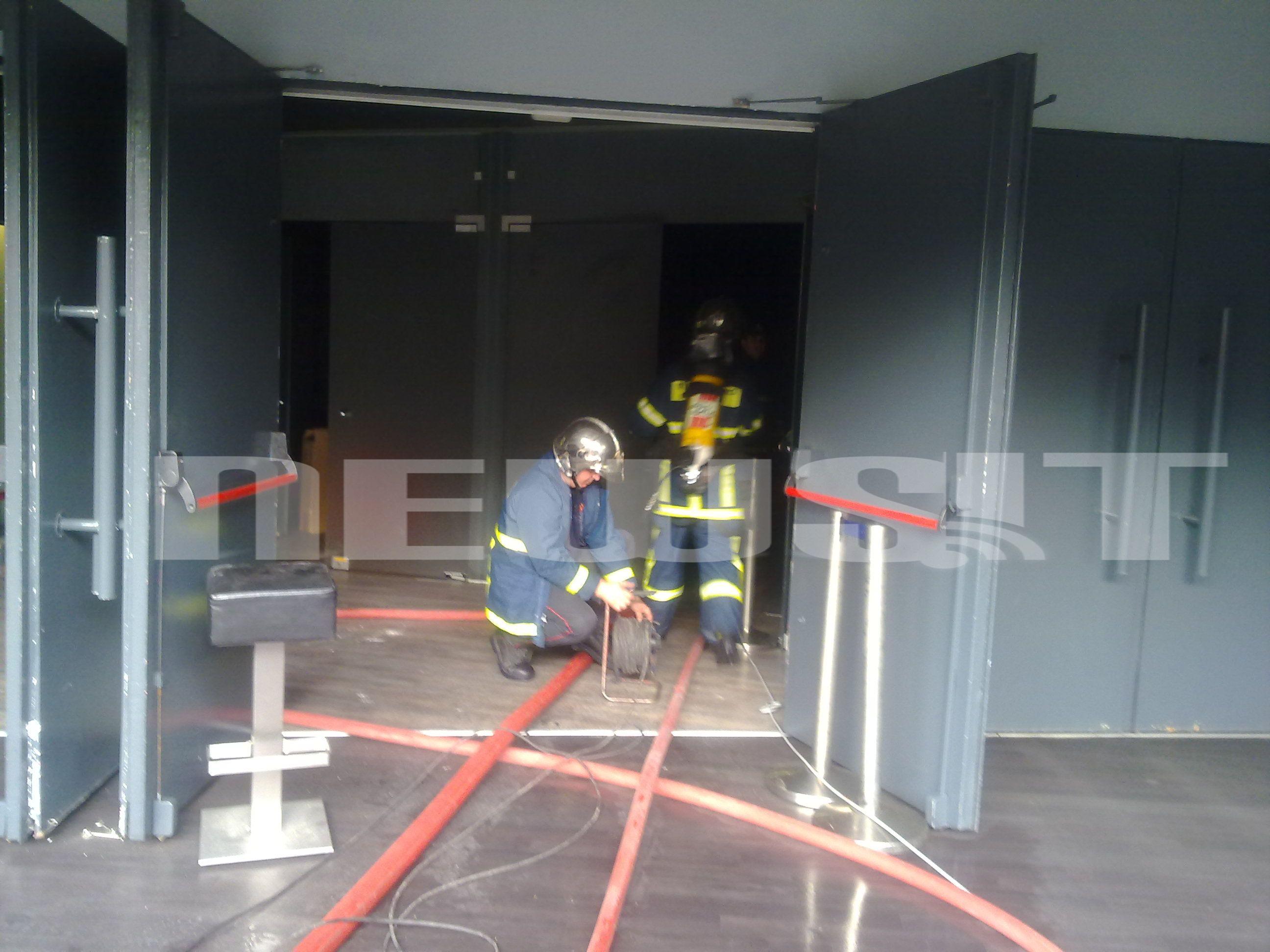ΩΡΑ 07:45 Οι πυροσβέστες προσπαθούν να σβήσουν τη φωτιά