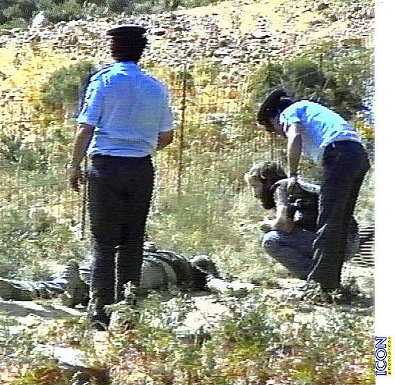 Οι αστυνομικοί πάνω από το πτώμα του Κώστα Μουζουράκη