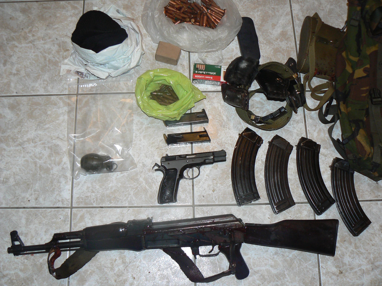 Τα όπλα που βρέθηκαν δίπλα στο άψυχο κορμί του Σελιανάκη