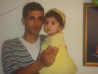 Εδώ ο δολοφόνος πατέρας με την μικρή Γιασμίν.