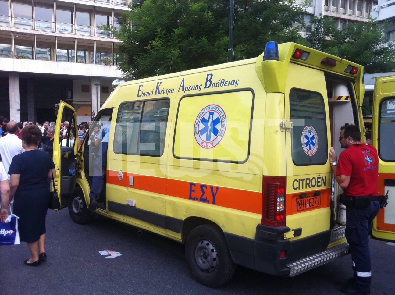 Ασθενοφόρο του ΕΚΑΒ έξω απο το υπουργείο Οικονομικών