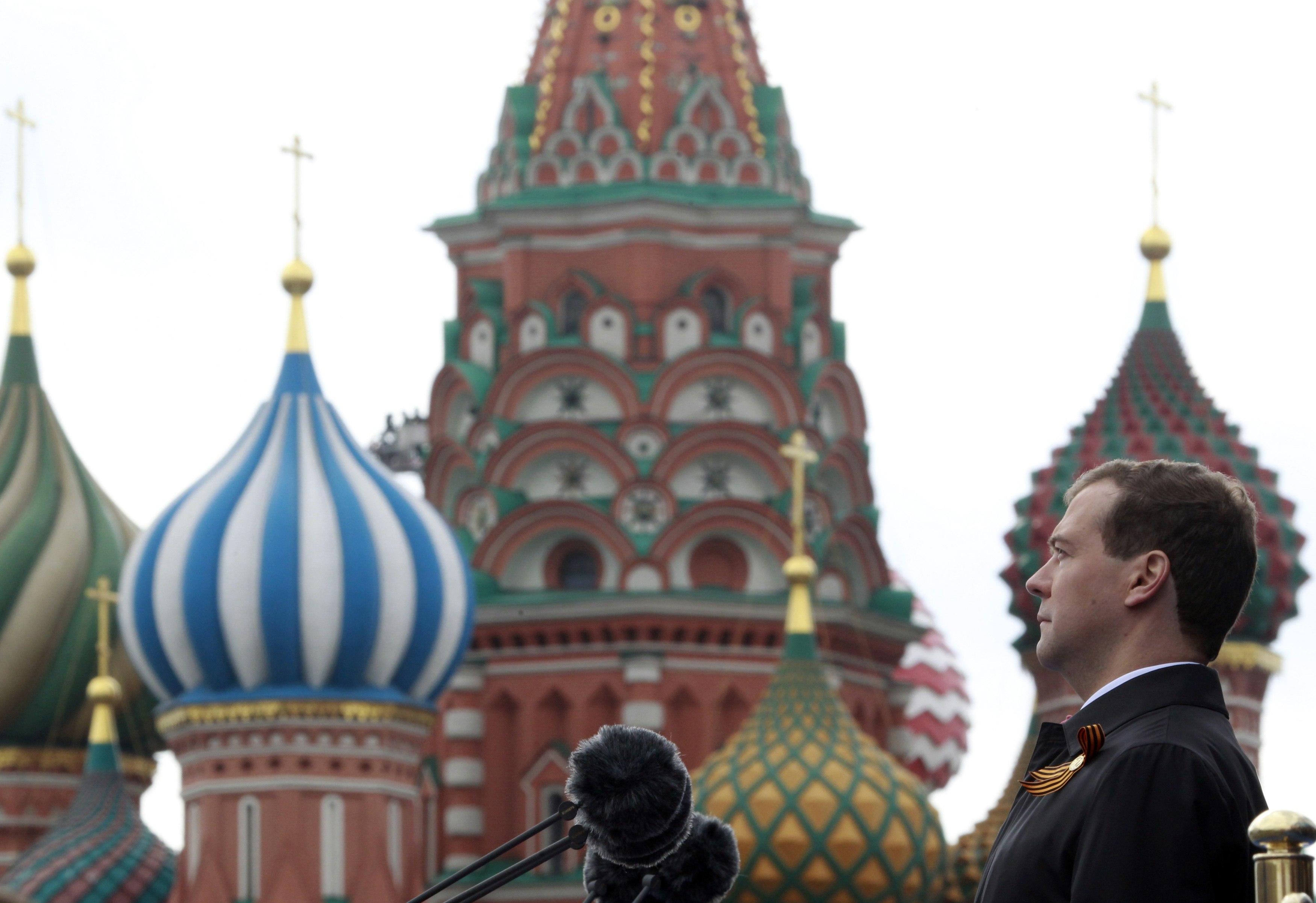 Ο πρόεδρος της Ρωσίας Ντιμίτρι Μεντβέντεφ παρακολουθεί την παρέλαση. ΦΩΤΟ REUTERS