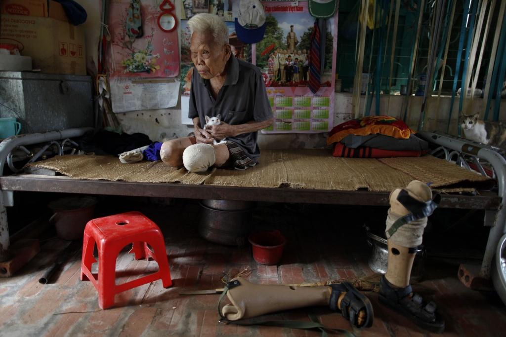 ο Nguyen Nga Tap,είναι 88 ετών και ζει με τις γάτες του στο χωριό των λεπρών ΦΩΤΟ REUTERS