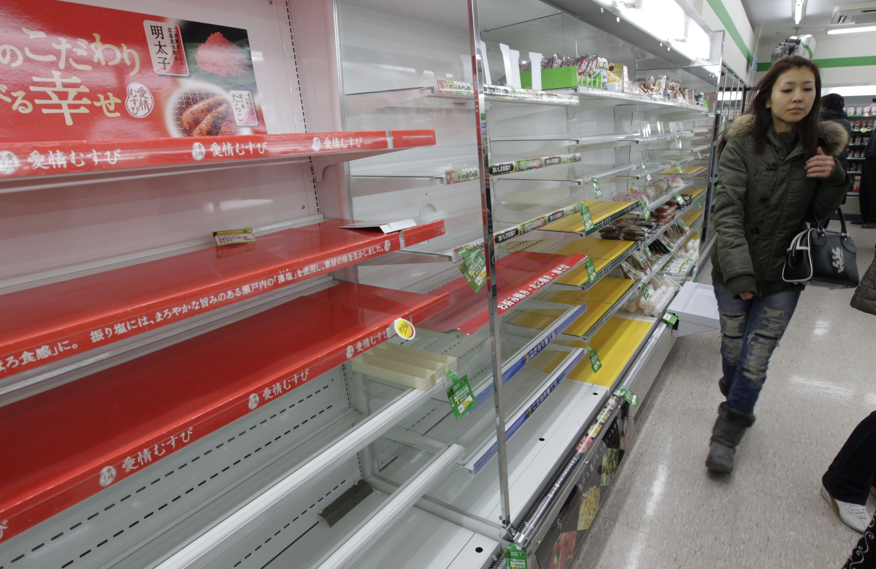 Εν ριπή οφθαλμού τα ράφια των σούπερ μάρκετ του Τόκιο άδειασαν. Ο πανικός κατέλαβε τους Ιάπωνες - ΦΩΤΟ REUTERS