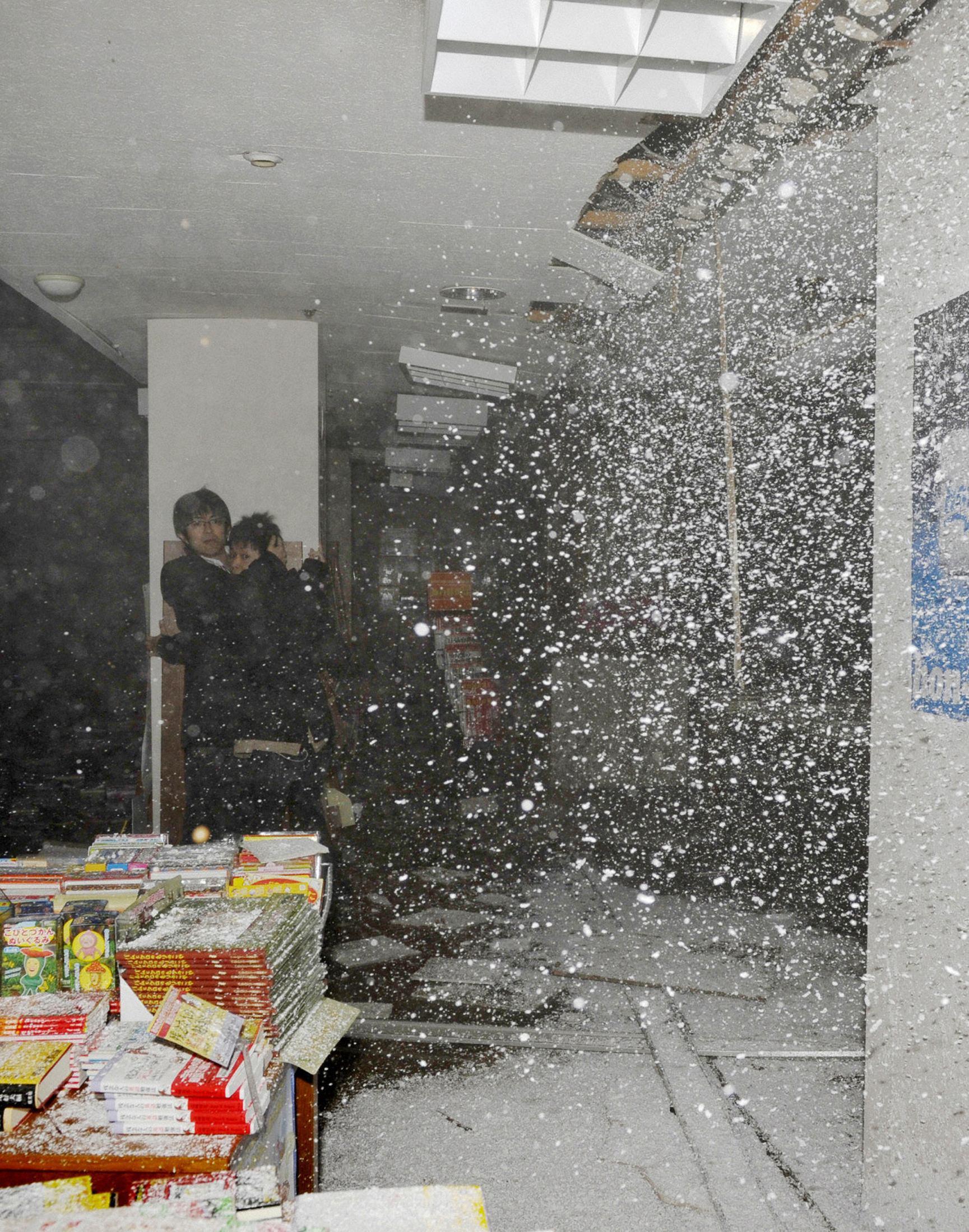 Οροφή βιβλιοπωλείου καταρρέει την ώρα του σεισμού. ΦΩΤΟ REUTERS