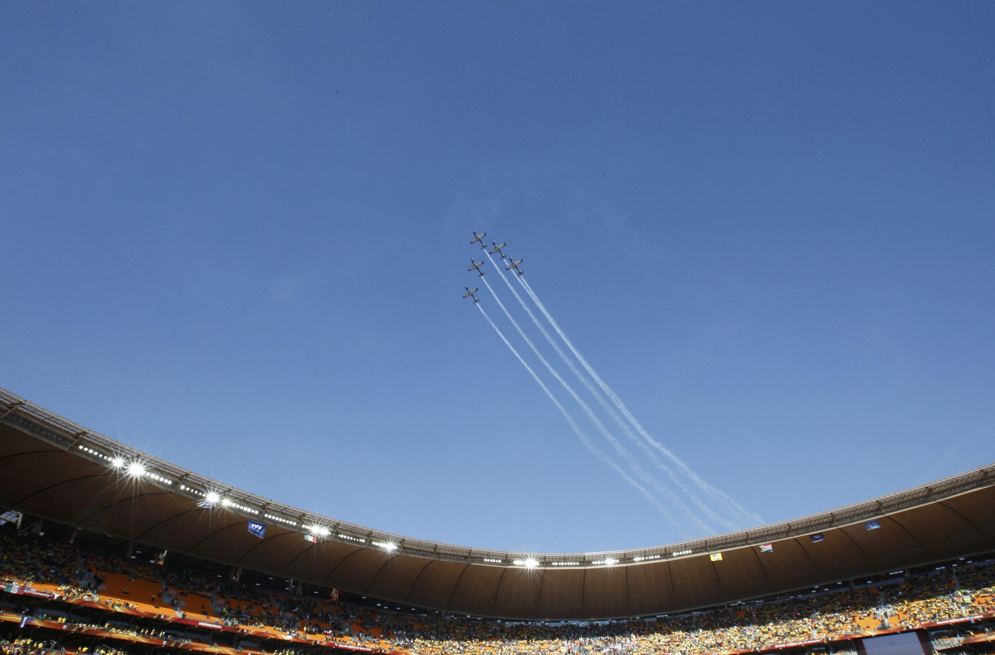 """Αεροπλάνα πετούν σε σχηματισμό πάνω από το """"Soccer  City""""!"""