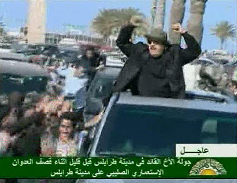 Με υψωμένες τις γροθιές, ο Μουαμάρ Καντάφι δείχνει προς πάσα κατεύθυνση ότι δε θα φύγει τόσο εύκολα... - ΦΩΤΟ REUTERS