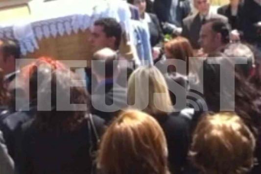Τραγική φιγούρα στην κηδεία η χήρα του 44χρονου Μανώλη