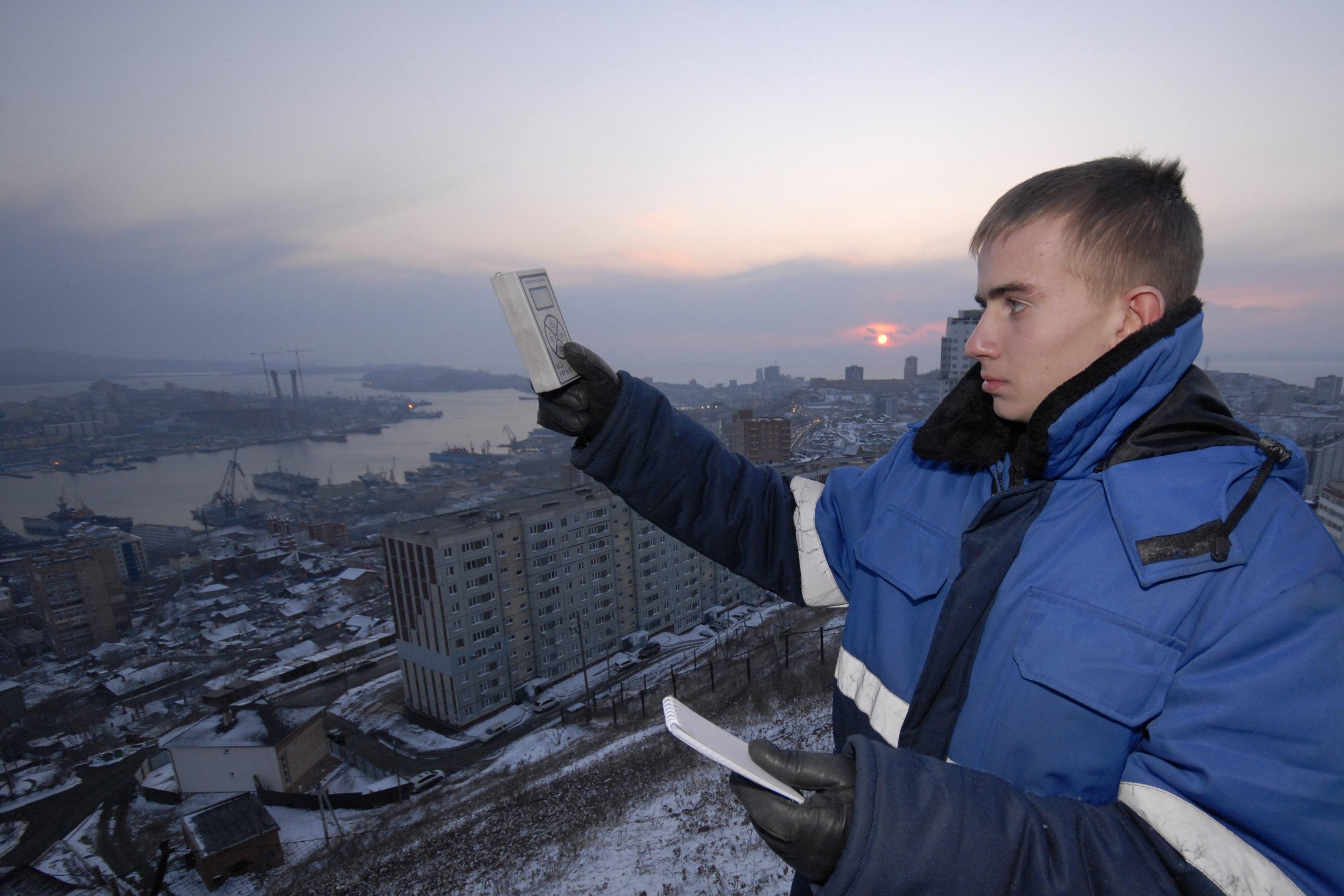 Ρώσος μετεορολόγος μετράει τα επίπεδα ραδιενέργειας στο Βλαδιβοστόκ ΦΩΤΟ REUTERS