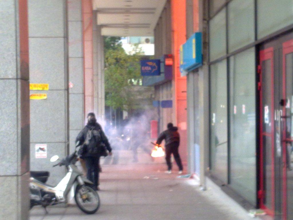 Ώρα 13:45 Επίθεση με μολότοφ στο υπουργείο Οικονομικών