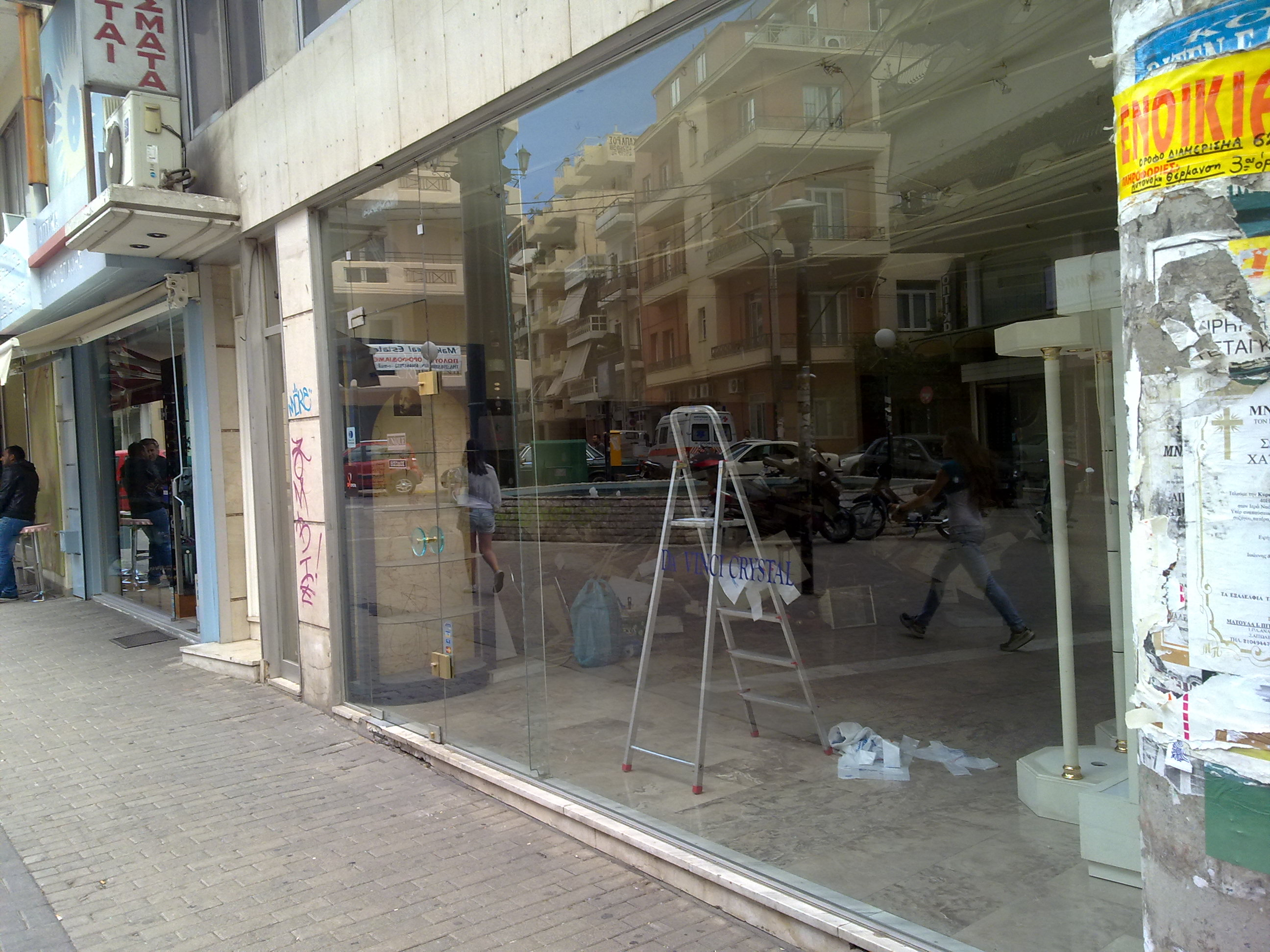 77a10b6e5012 Στο ρεπορτάζ του NewsΙt καταγράψαμε εικόνες δεκάδων άδειων επαγγελματικών  χώρων σε όλη την περιοχή του Πειραιά. Συνομιλήσαμε με μαγαζάτορες που μας  εξηγούν ...