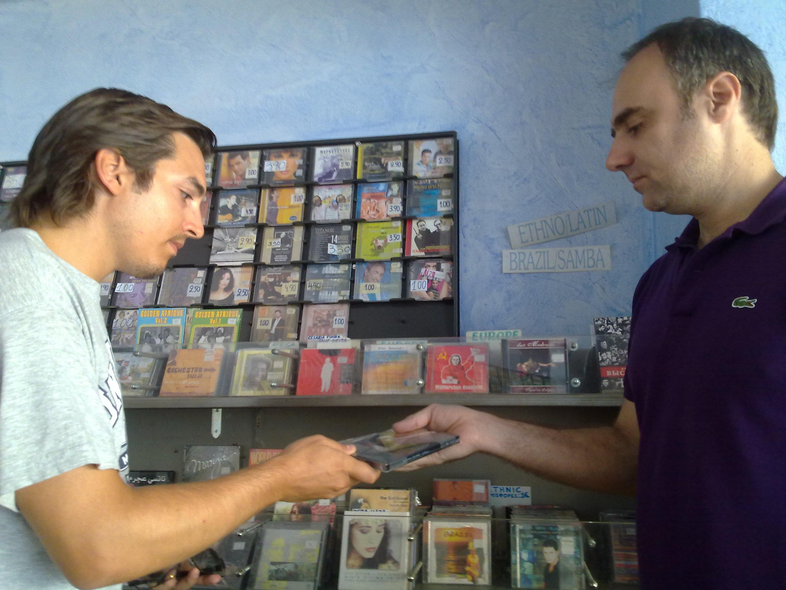 Στο κατάστημα του Ζαχαρία,βρίσκειςμεταχειρισμένα cd σε πολύ καλή κατάσταση.
