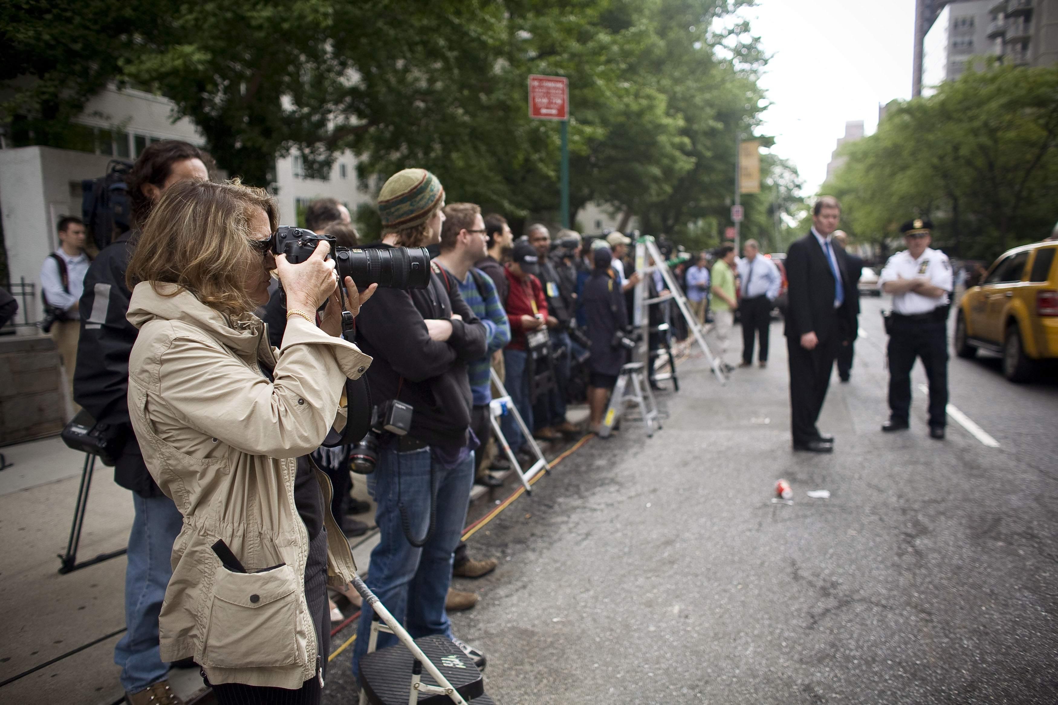 Δεκάδες εκπρόσωποι των διεθνών ΜΜΕ έξω από το κτίριο - ΦΩΤΟ REUTERS