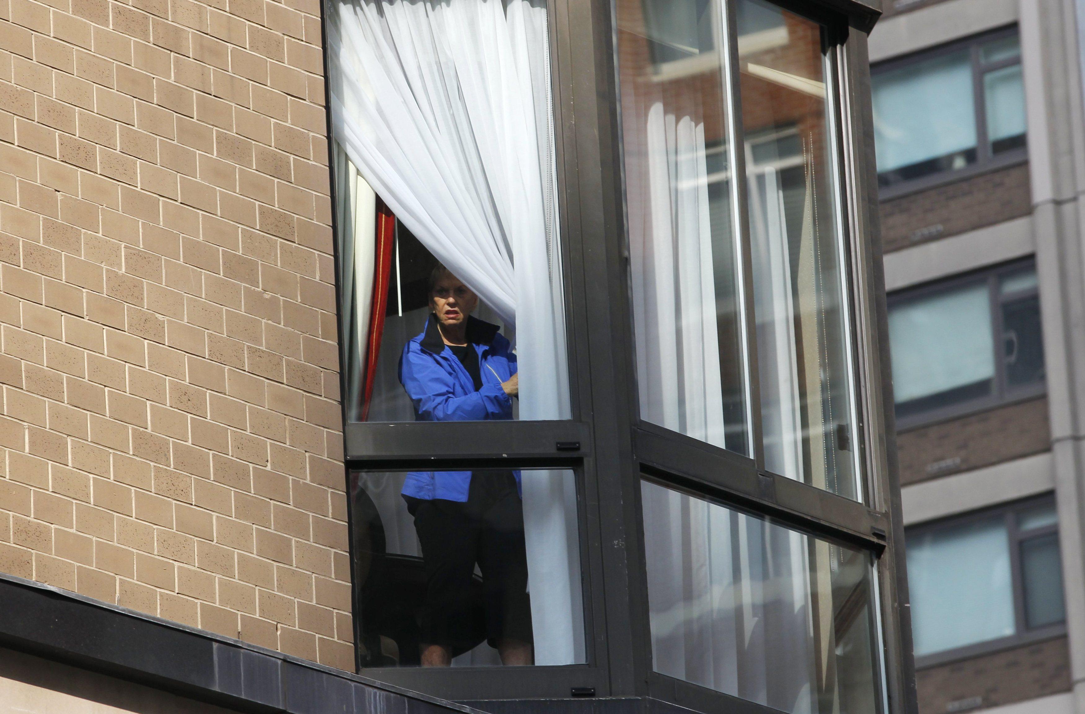 Μια από τους ενοίκους του Bristol Plaza κοιτά με... τρόπο τι γίνεται κάτω από το σπίτι της - ΦΩΤΟ REUTERS