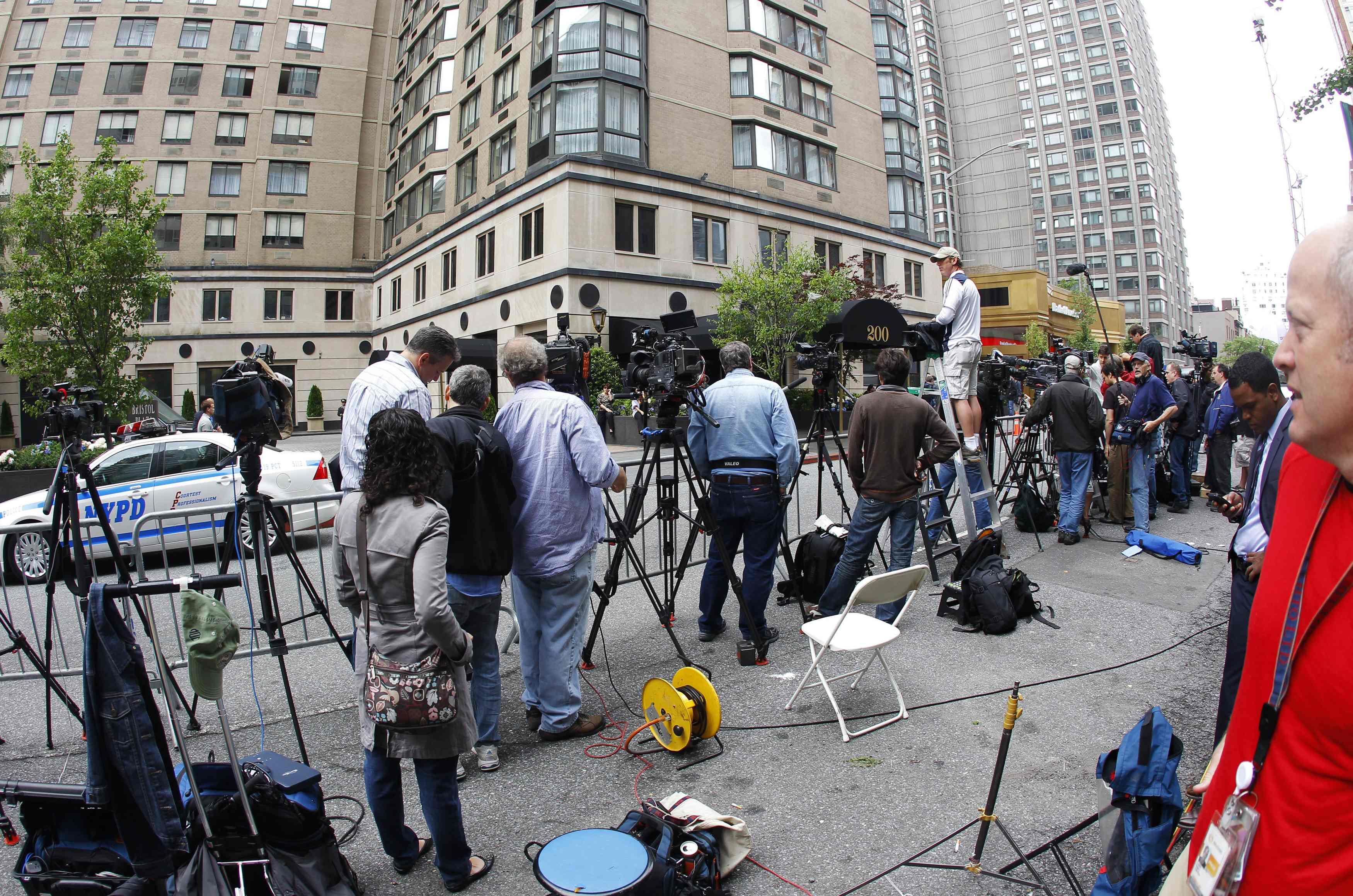Αστυνομία και δημοσιογράφοι σε... σειρά - ΦΩΤΟ REUTERS