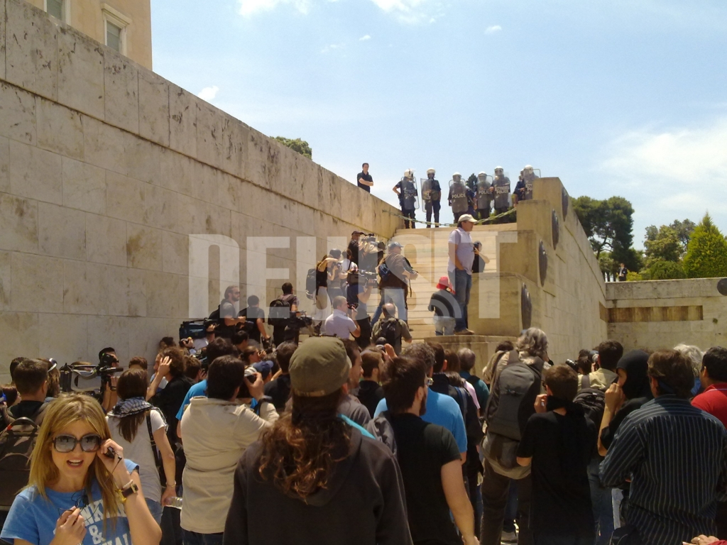 ΩΡΑ 13.08  Διαδηλωτές επιχειρούν ν' ανέβουν στα σκαλια προς το περιστύλιο της  Βουλής ΦΩΤΟ NEWSIT