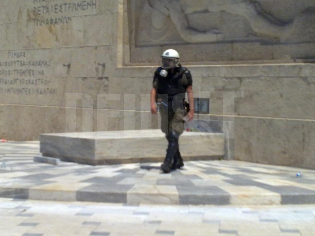 O άνδρας των  ΜΑΤ έχει αφήσει το λουλούδι στο Μνημείο ΦΩΤΟ NEWSIT