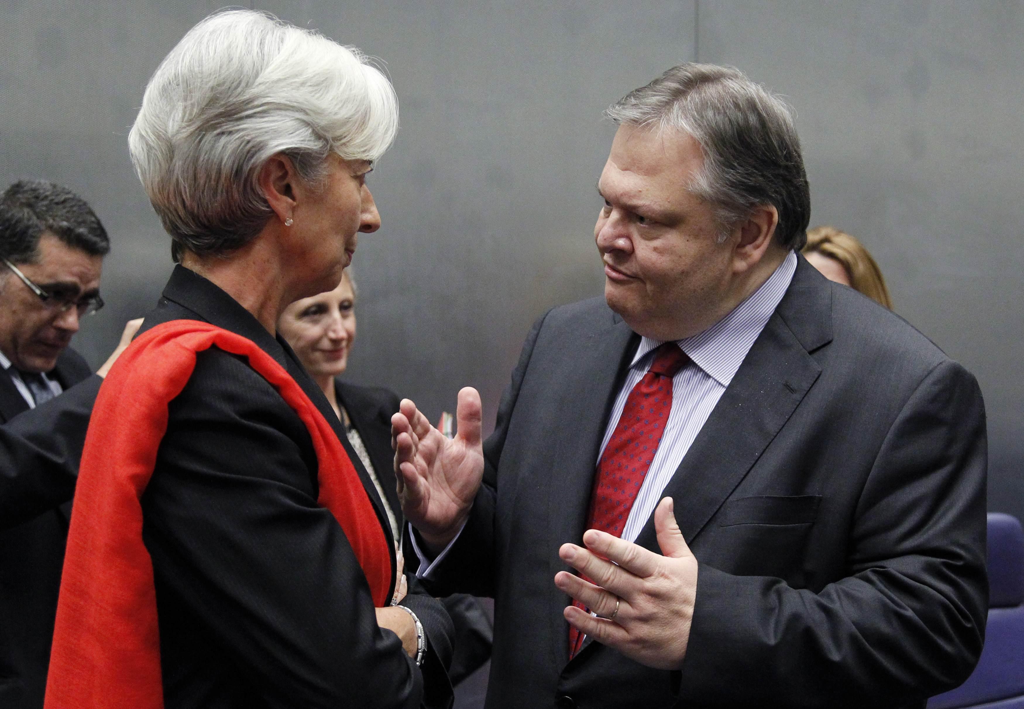 """""""Κριστίν μου τώρα που θα πας στο ΔΝΤ θα μας δώσεις ένα δάνει τοοοσο μεγάλο χωρίς πρόβλημα;"""" ΦΩΤΟ REUTERS"""