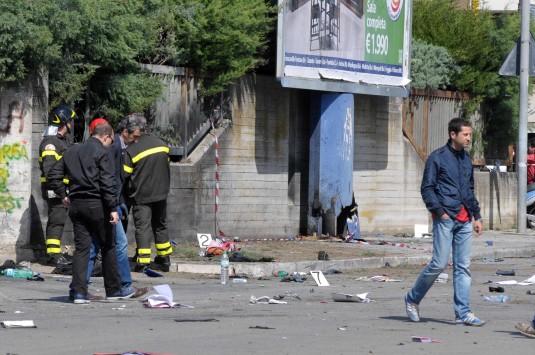 """Μία μαθήτρια νεκρή και μία σε κρίσιμη κατάσταση από έκρηξη σε σχολείο -""""Βλέπουν"""" τη μαφία πίσω από την επίθεση"""
