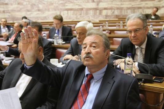 Για γέλια και για κλάματα οι εξηγήσεις του Τραγάκη για τους διορισμούς στη Βουλή