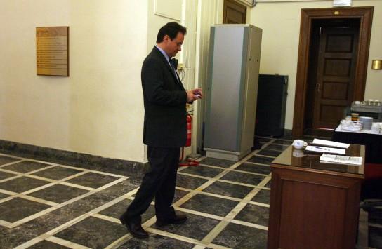 Για νόθευση δημοσίου εγγράφου και παράβαση καθήκοντος το αίτημα της Προανακριτικής κατά Παπακωνσταντίνου